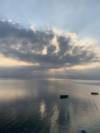 נוף עוצר נשימה לאגם